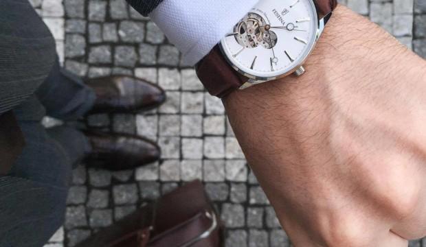 Oblek a luxusné hodinky. Neodolateľná sexi kombinácia