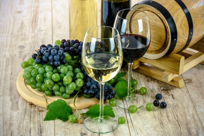 Tipy od vinára: ako servírovať biele a červené vína