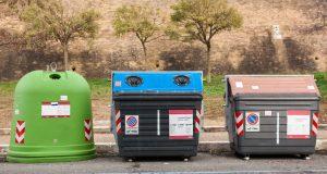 Kontajnery na triedený odpad: Spotrebitelia za neho neplatia. Kto potom?